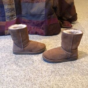 Ugg chestnut classic short sheepskin boots sz 6
